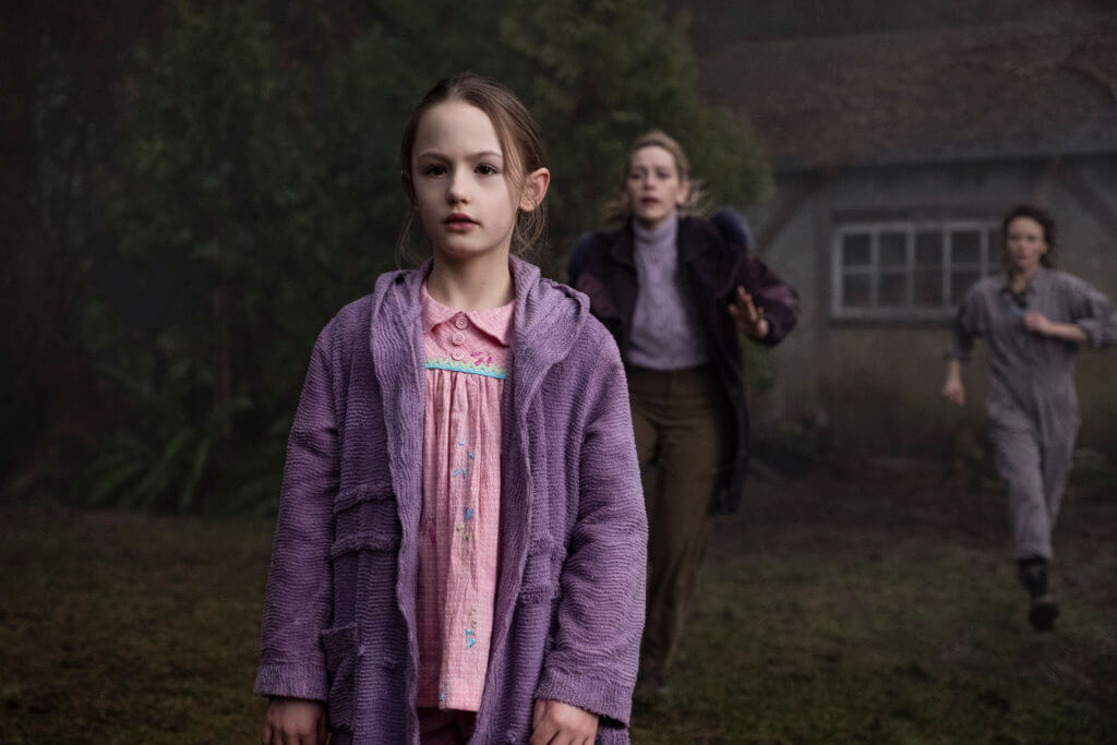 Spuk in Bly Manor (L zu R) AMELIE BEA SMITH als FLORA, VICTORIA PEDRETTI als DANI, and AMELIA EVE als JAMIE in episode, 206 of THE HAUNTING OF BLY MANOR.