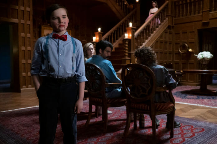 Spuk in Bly Manor (L zu R) BENJAMIN EVAN AINSWORTH als MILES, VICTORIA PEDRETTI als DANI, RAHUL KOHLI als OWEN, AMELIE SMITH als FLORA, and AMELIA EVE als JAMIE in THE HAUNTING OF BLY MANOR